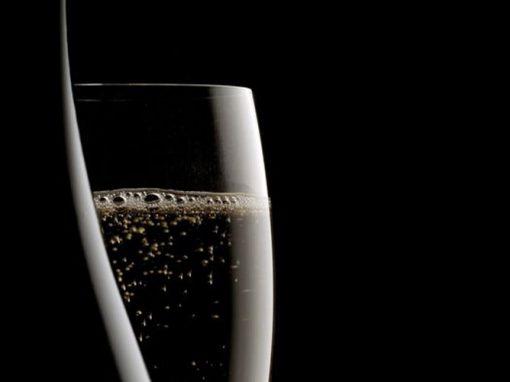 """Bollicine """"in tutti i sensi"""": riflessioni filosofiche e sensoriali sul piacere di-vino"""